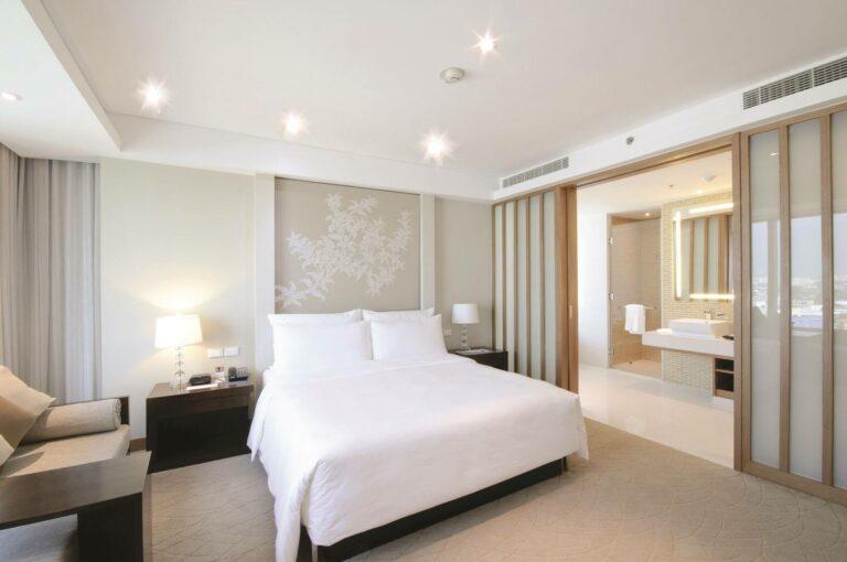 Rechthoekige uitblaasroosters van een ingebouwde airco kanaalunit in slaapkamer