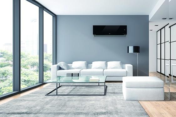 LG artcool zwart airco wandmodel opgehangen in leefruimte boven sofa