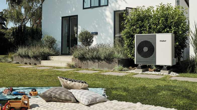 Vaillant arotherm split buitenunit opgesteld in mooie tuin