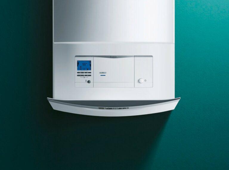 Vaillant condensatieketel ecotec plus met bedieningspaneel open