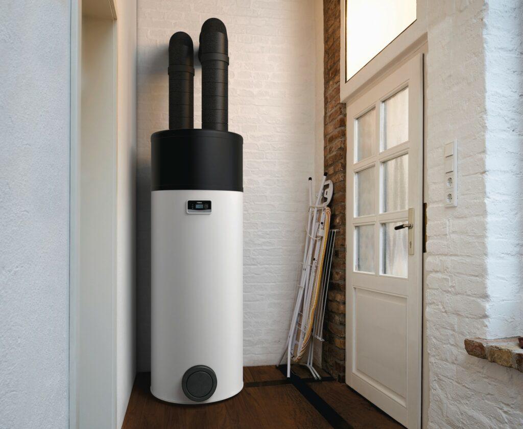Vaillant arostor warmtepompboiler opgesteld in achterplaats van de woning met luchtkanalen naar buiten