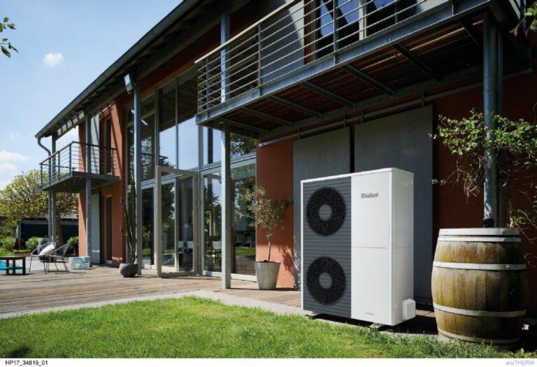 Vaillant arotherm split lucht water warmtepomp buitenunit in tuin onder balkon opgesteld