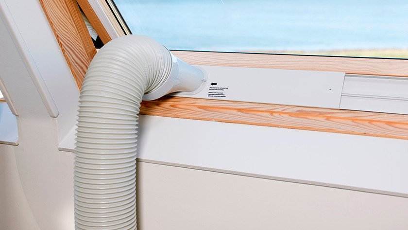 Slang voor mobiele airco die via een velux raam naar buiten gaat voor de afvoer van de warme lucht