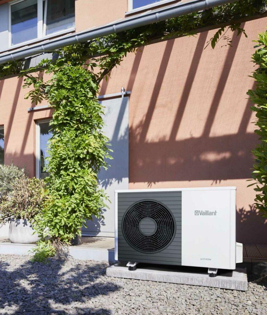 Vaillant warmtepomp lucht water buitenunit aan de buitengevel van een woning opgesteld